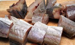 От употребления в сыром виде минтая, сайки, путассу, хека, мерлузы, пикши и ряда других видов морских рыб у кошек развивается тяжелая форма анемии!
