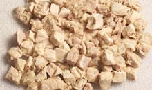 Из отварного мяса курицы или кролика удалите все кости во избежании повреждения пищеварительного тракта