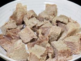 Мясо желательно давать в отварном виде, нарезанное на кусочки